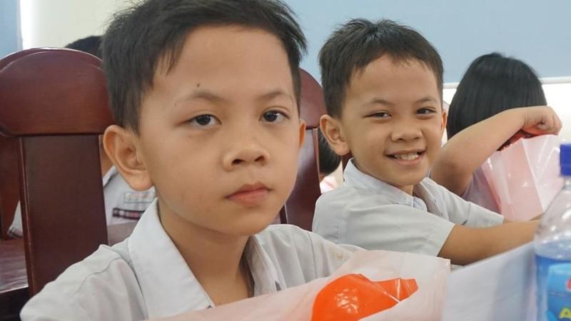 Chi đoàn Báo Pháp luật TP.HCM tặng sách cho học sinh nghèo - ảnh 3