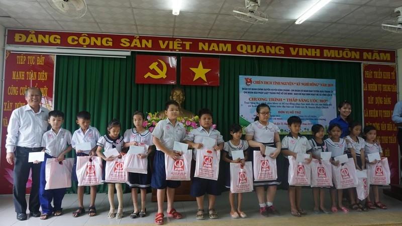 Chi đoàn Báo Pháp luật TP.HCM tặng sách cho học sinh nghèo - ảnh 4