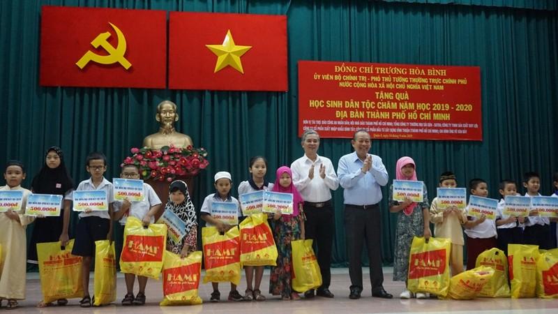 Phó thủ tướng tặng 500 suất học bổng cho học sinh dân tộc Chăm - ảnh 1