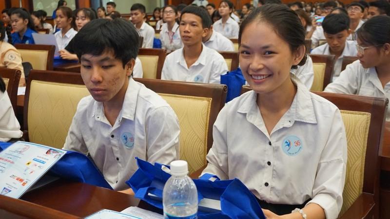 Trao 150 suất học bổng 'Tiếp sức đến trường' cho tân sinh viên - ảnh 2