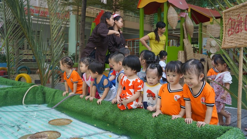 Cho trẻ bắt cá, chèo xuồng, lùa vịt giữa sân trường - ảnh 7