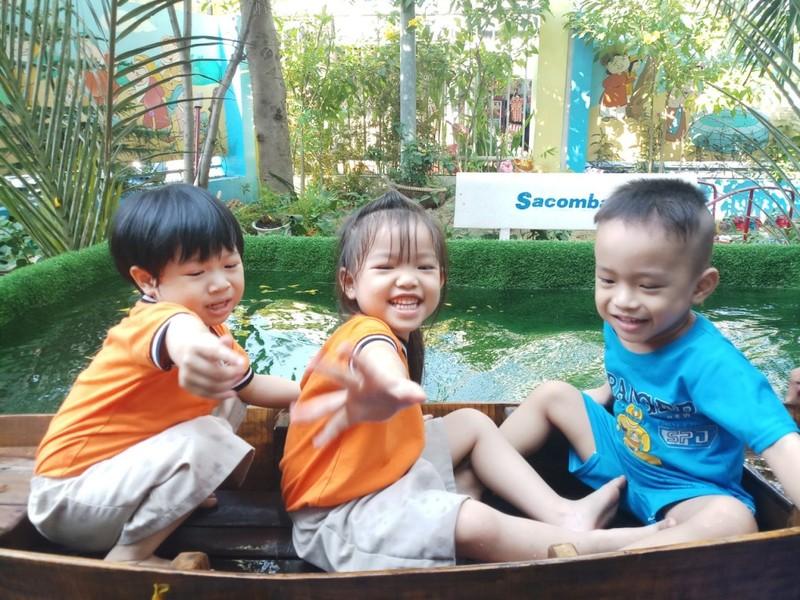 Cho trẻ bắt cá, chèo xuồng, lùa vịt giữa sân trường - ảnh 11