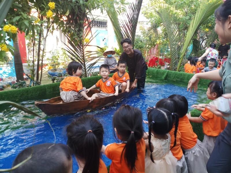 Cho trẻ bắt cá, chèo xuồng, lùa vịt giữa sân trường - ảnh 12