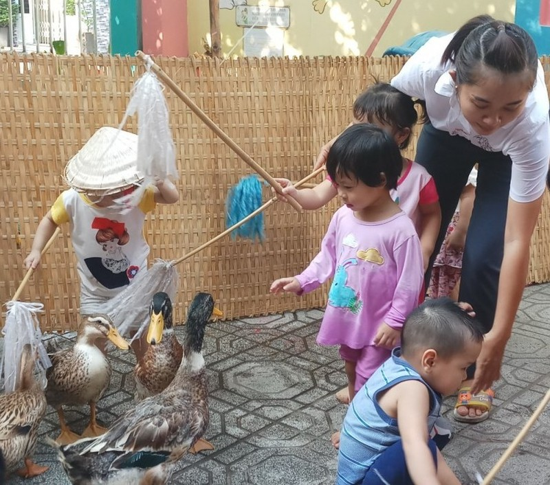Cho trẻ bắt cá, chèo xuồng, lùa vịt giữa sân trường - ảnh 13