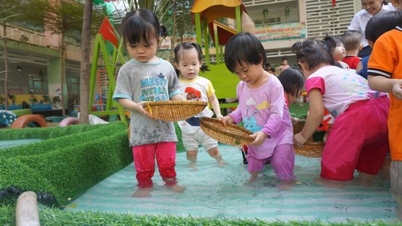 Cho trẻ bắt cá, chèo xuồng, lùa vịt giữa sân trường - ảnh 8