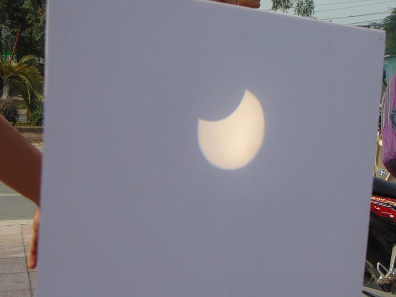 Sinh viên thích thú xem nhật thực cuối cùng của thập kỷ - ảnh 1