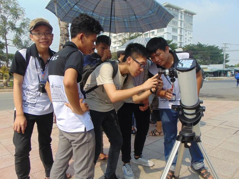 Sinh viên thích thú xem nhật thực cuối cùng của thập kỷ - ảnh 2