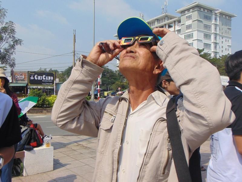 Sinh viên thích thú xem nhật thực cuối cùng của thập kỷ - ảnh 6