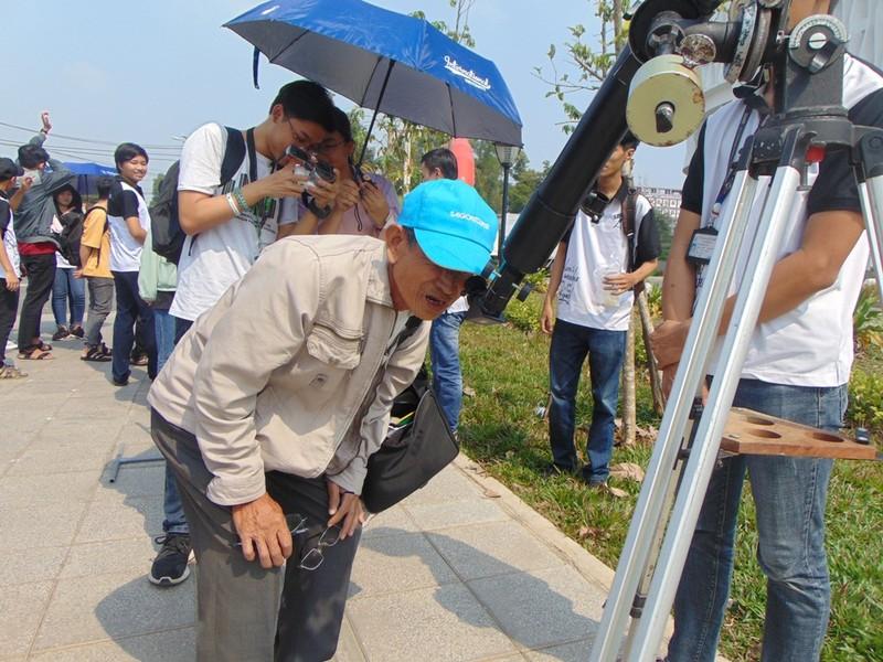 Sinh viên thích thú xem nhật thực cuối cùng của thập kỷ - ảnh 7