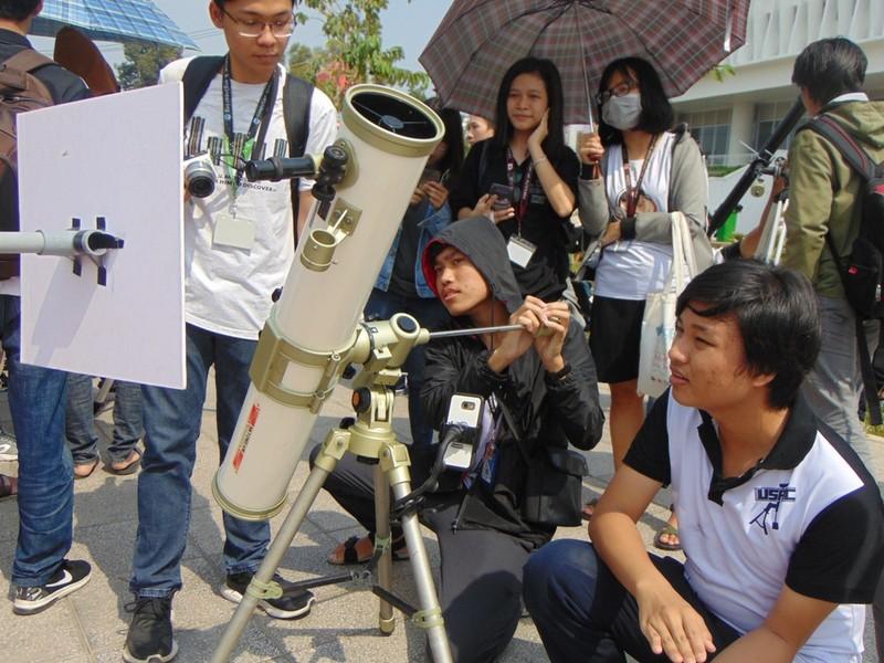 Sinh viên thích thú xem nhật thực cuối cùng của thập kỷ - ảnh 3