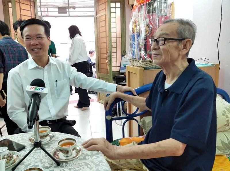 Ông Võ Văn Thưởng chúc tết NSND Đinh Bằng Phi, GS Lê Ngọc Trà - ảnh 1