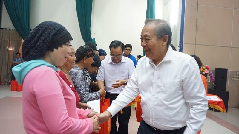 Phó Thủ tướng Trương Hòa Bình trao quà tết cho đồng bào Chăm - ảnh 1