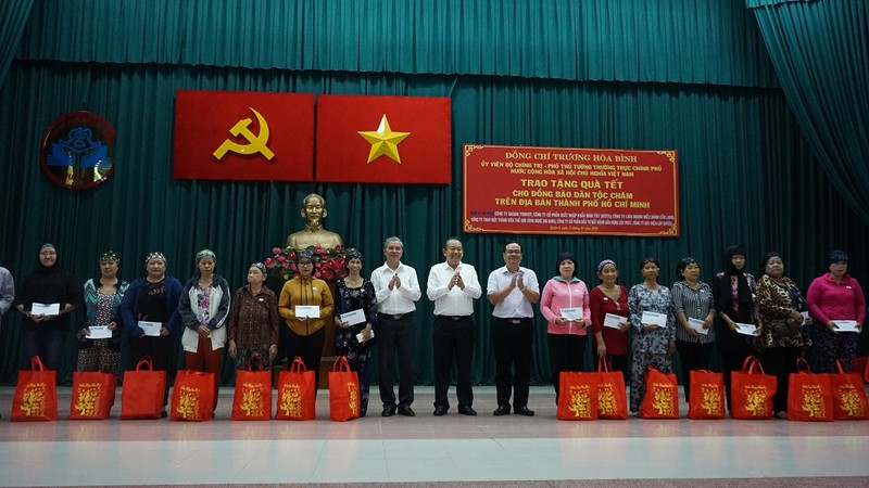 Phó Thủ tướng Trương Hòa Bình trao quà tết cho đồng bào Chăm - ảnh 2