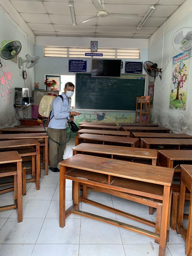 Trường tổng vệ sinh, phun thuốc sát khuẩn phòng virus Corona - ảnh 3