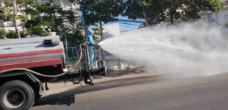 1 tấn thuốc sát khuẩn được phun tại TP Phan Thiết - ảnh 2