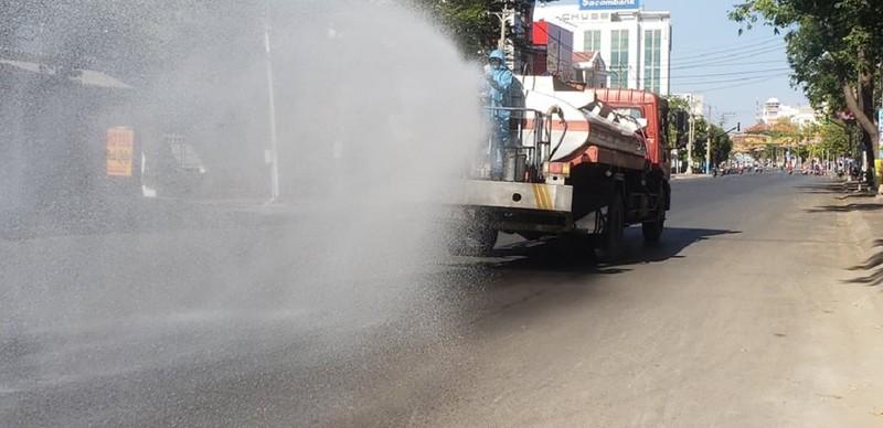 1 tấn thuốc sát khuẩn được phun tại TP Phan Thiết - ảnh 8