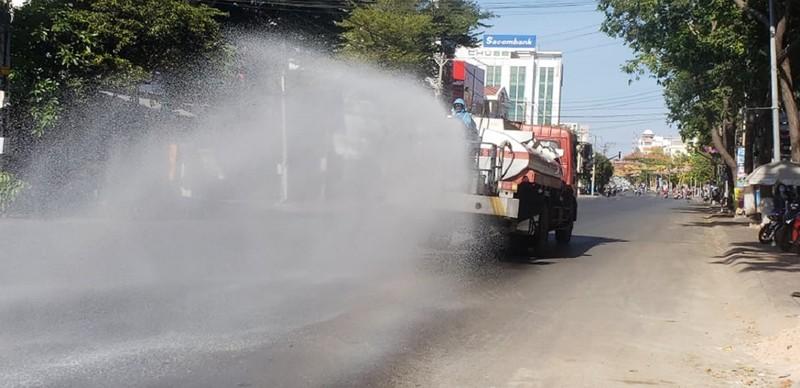 1 tấn thuốc sát khuẩn được phun tại TP Phan Thiết - ảnh 10