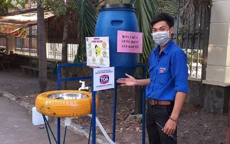 Làm bồn rửa tay bằng dung dịch sát khuẩn tặng người dân - ảnh 1