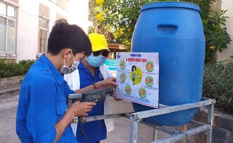 Làm bồn rửa tay bằng dung dịch sát khuẩn tặng người dân - ảnh 2