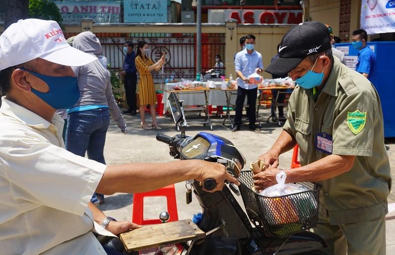 Hội Nhà báo TP.HCM trao tặng ATM gạo cho người nghèo - ảnh 4