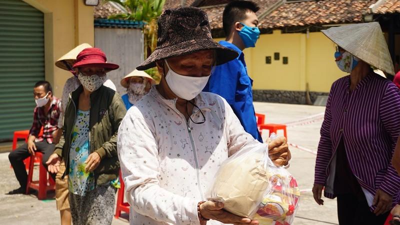 Hội Nhà báo TP.HCM trao tặng ATM gạo cho người nghèo - ảnh 7
