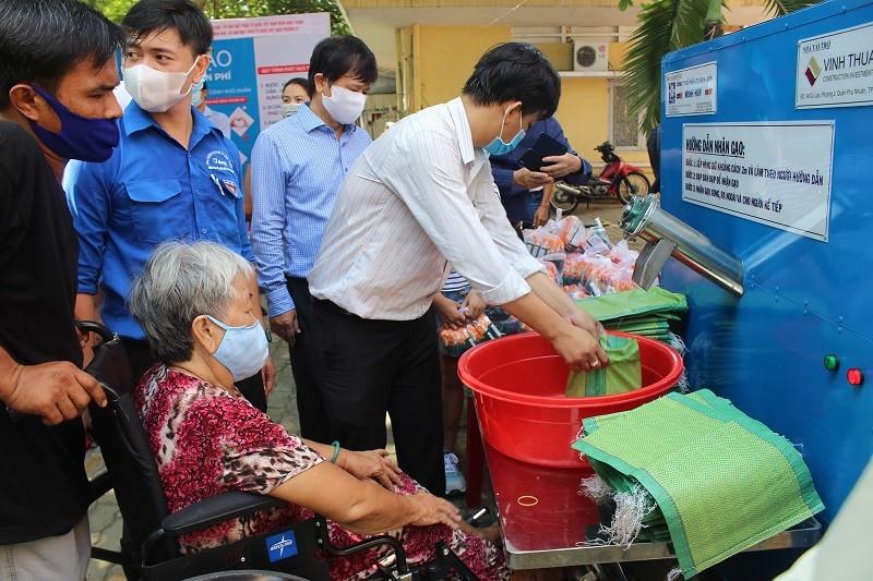Hội Nhà báo TP.HCM trao tặng ATM gạo cho người nghèo - ảnh 2