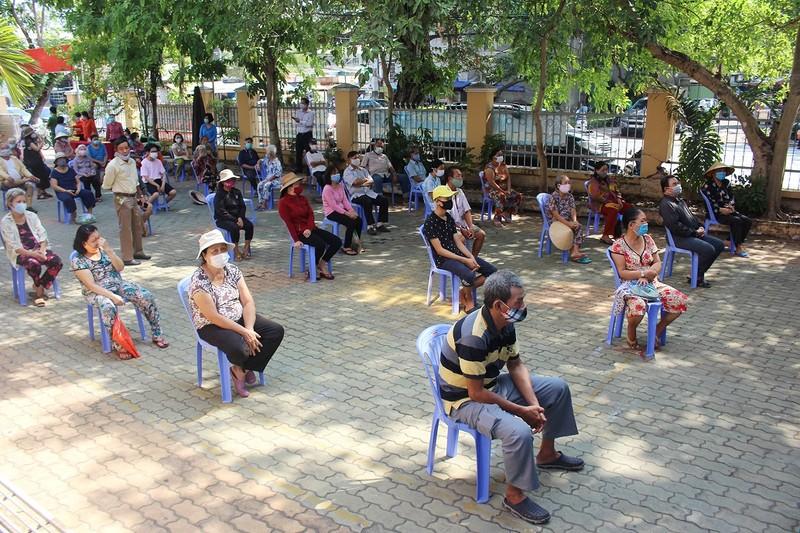 Hội Nhà báo TP.HCM trao tặng ATM gạo cho người nghèo - ảnh 1