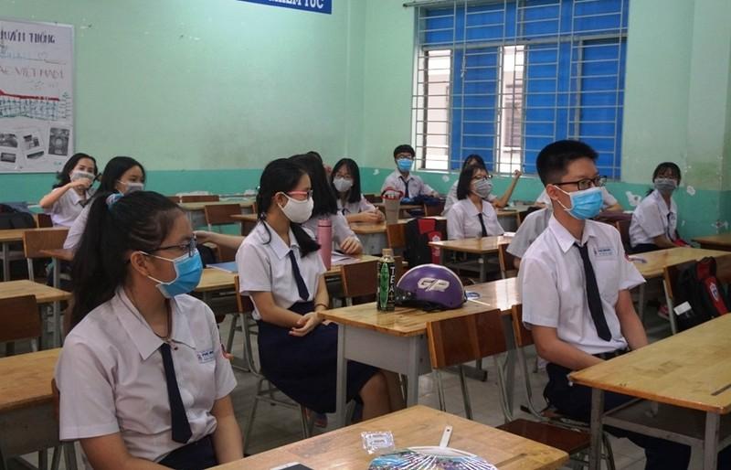 Đi học trở lại, học sinh TP.HCM kín mít khẩu trang - ảnh 3