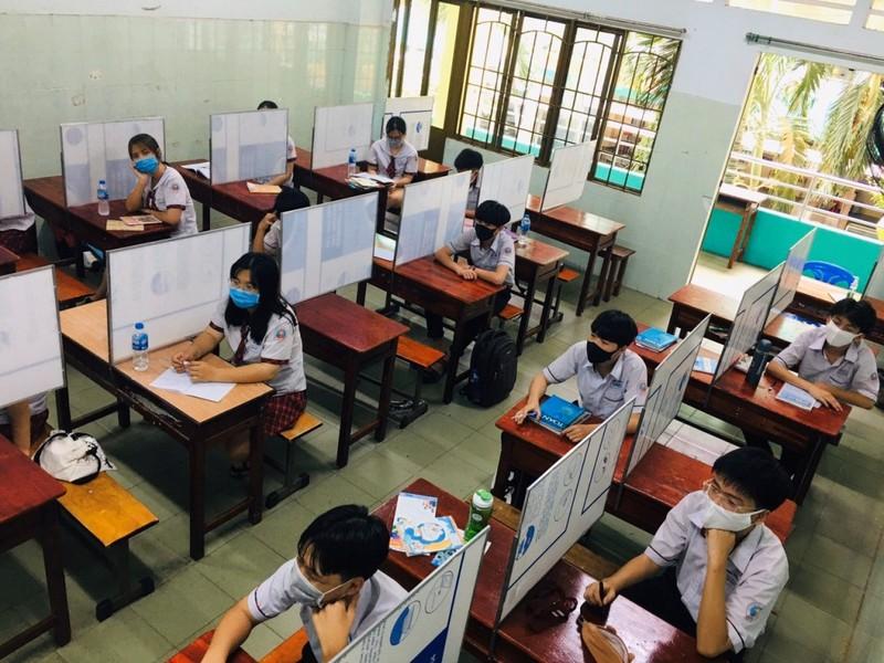 Trường trang bị nón ngăn giọt bắn, vách ngăn phòng COVID-19 - ảnh 3