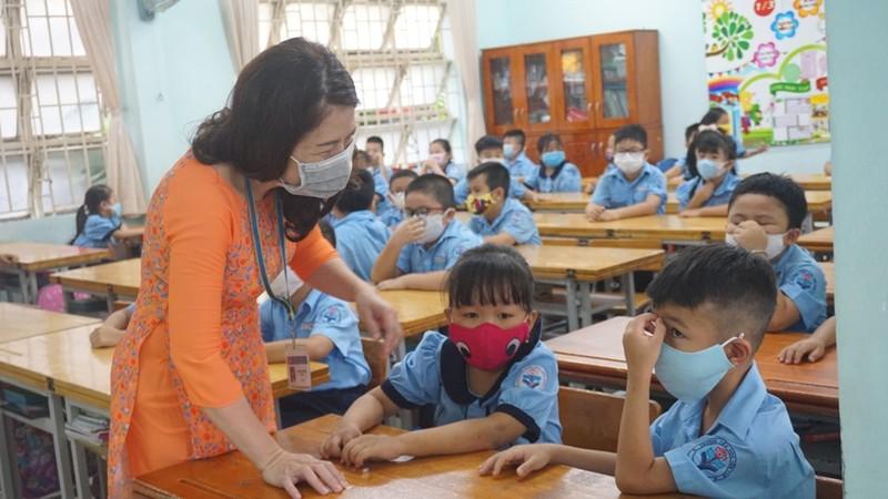 Thầy hiệu trưởng đứng đo thân nhiệt cho học sinh  - ảnh 11