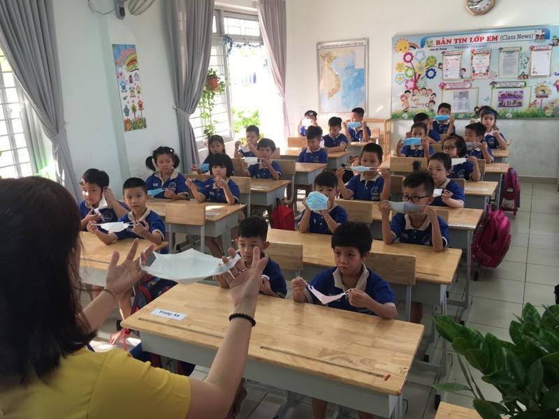 Thầy hiệu trưởng đứng đo thân nhiệt cho học sinh  - ảnh 12