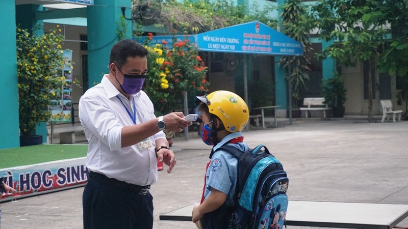 Thầy hiệu trưởng đứng đo thân nhiệt cho học sinh  - ảnh 2