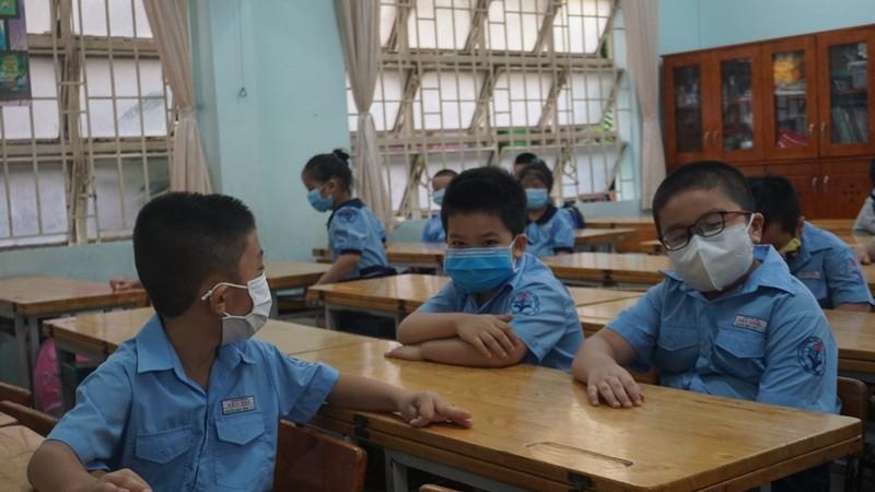 Thầy hiệu trưởng đứng đo thân nhiệt cho học sinh  - ảnh 9