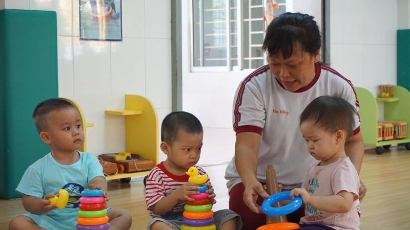 Đi học trở lại, bé nhà trẻ mếu máo, níu áo ba mẹ  - ảnh 3