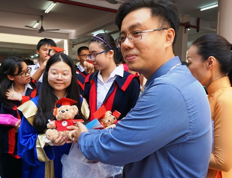 Lễ ra trường tràn ngập cảm xúc của học sinh Nguyễn Du - ảnh 11