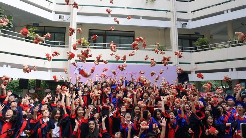 Lễ ra trường tràn ngập cảm xúc của học sinh Nguyễn Du - ảnh 20