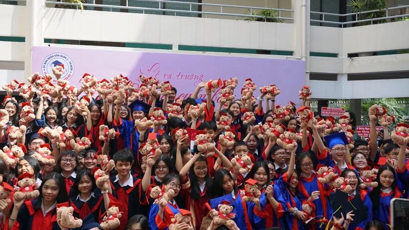 Lễ ra trường tràn ngập cảm xúc của học sinh Nguyễn Du - ảnh 19