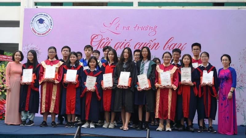 Lễ ra trường tràn ngập cảm xúc của học sinh Nguyễn Du - ảnh 5