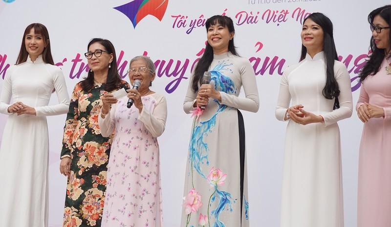 Nghệ sĩ Phi Điểu, Kim Xuân truyền cảm hứng áo dài cho HS - ảnh 3