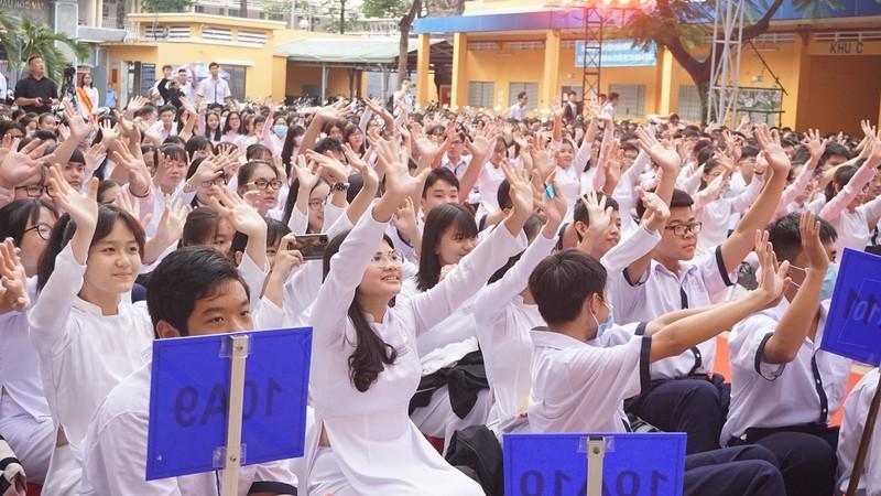 Nghệ sĩ Phi Điểu, Kim Xuân truyền cảm hứng áo dài cho HS - ảnh 5