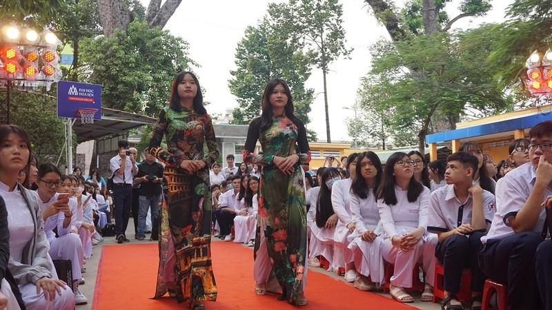 Nghệ sĩ Phi Điểu, Kim Xuân truyền cảm hứng áo dài cho HS - ảnh 6