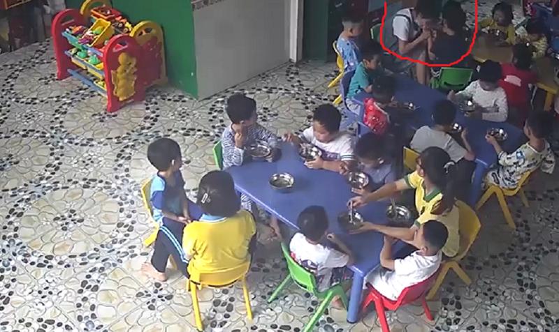 Cô giáo đánh, cắn vào tay trẻ trong giờ ăn  - ảnh 1