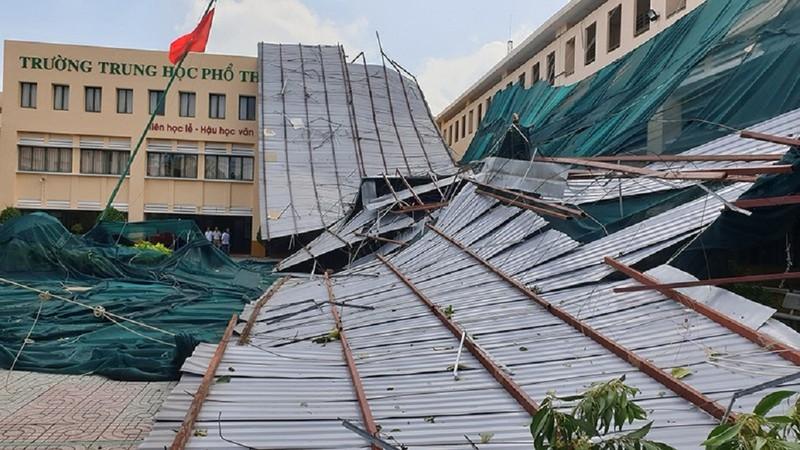 Trường THPT Bình Phú tan hoang sau lốc xoáy: HS nghỉ 2 ngày - ảnh 1