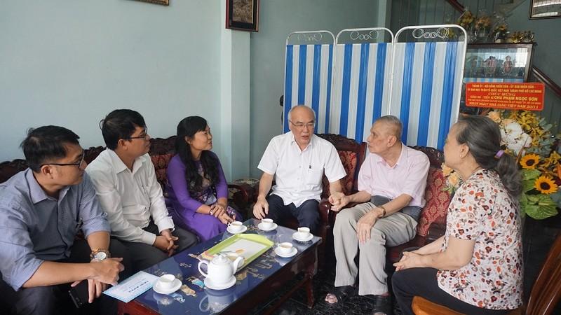 Trưởng ban Tuyên giáo Thành ủy thăm các nhà giáo tiêu biểu - ảnh 1
