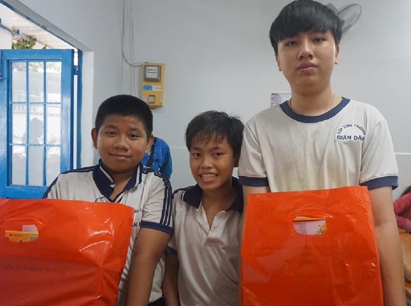 Lớp học cho trẻ nghèo của cô Hoa : 'Tui mừng cho tụi nhỏ!' - ảnh 4