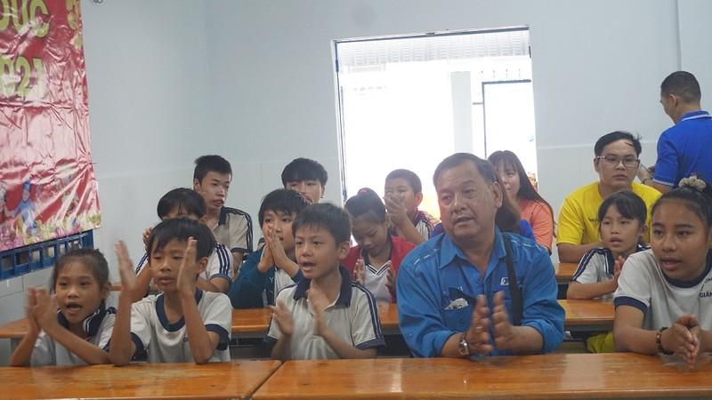 Lớp học cho trẻ nghèo của cô Hoa : 'Tui mừng cho tụi nhỏ!' - ảnh 1