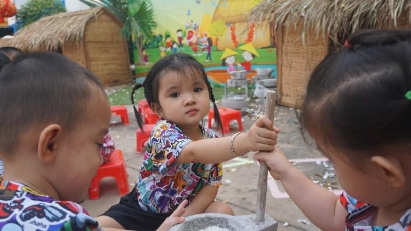 Trẻ xay gạo, nặn tò he, chơi bóng nước giữa sân trường - ảnh 6