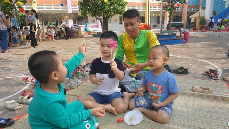 Trẻ xay gạo, nặn tò he, chơi bóng nước giữa sân trường - ảnh 9