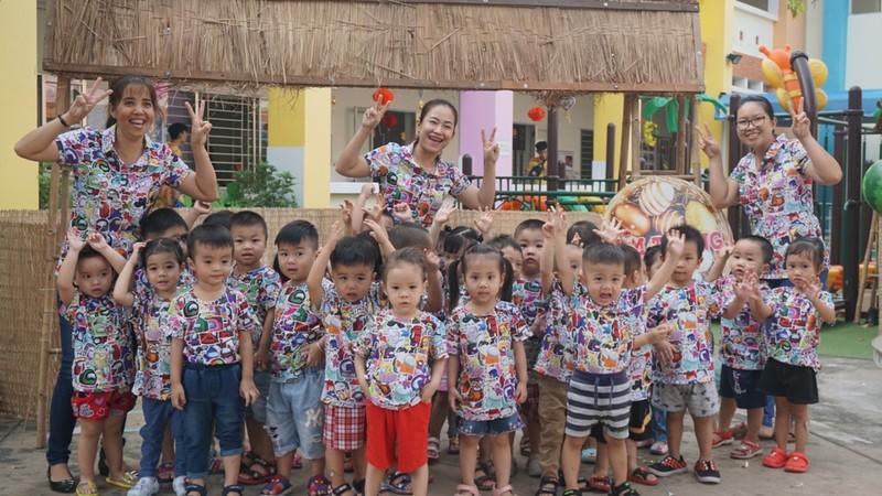 Trẻ xay gạo, nặn tò he, chơi bóng nước giữa sân trường - ảnh 10