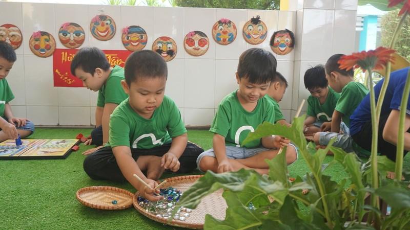 Trẻ xay gạo, nặn tò he, chơi bóng nước giữa sân trường - ảnh 11
